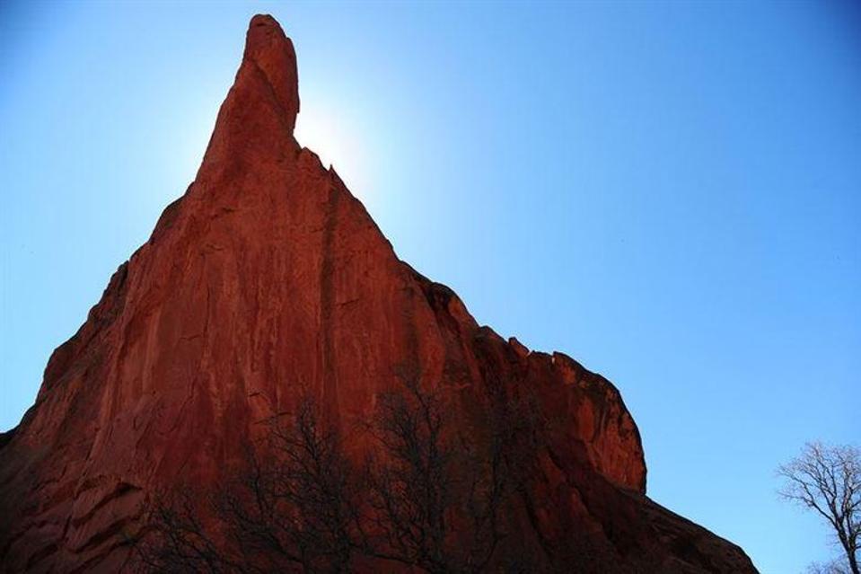يوجد هذا التشكيل الصخري في حديقة الآلهة بكولورادو، ويظهر فيه قمة طويلة مستدقة من الصخور، إذا وجدنا صخرةً أخرى مستقرةً فوق تلك القمة المستدقة فهي في حالة من التوازن غير المستقر، وهي ظاهرة من غير المرجح وجودها طبيعيًّا، وإن حدثت فالأرجح أن شيئًا ما سبّبها