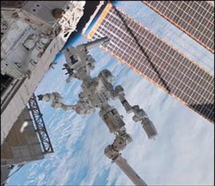 ديكستر المتصل بنهاية الذراع الروبوتية الخاصة بمحطة الفضاء الدولية المسماة كندارم-2