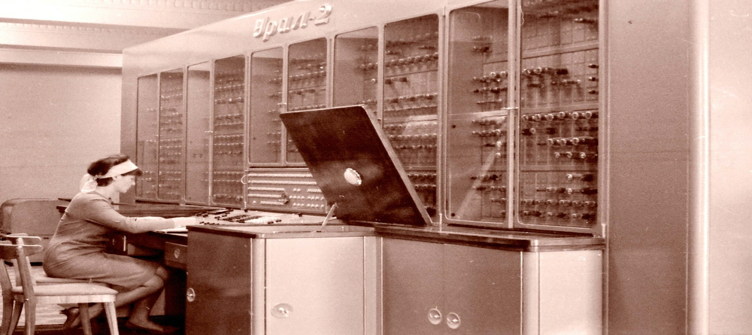 الحاسوب الرقمي المعتمد على الأنبوب المفرغ.