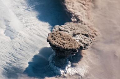 ثار بركان ريكوك Raikoke الواقع على جزر كوريل Kuril في 22 حزيران من 2019 مرسلًا إلى أعلى الغلاف الجوي سحابةً ضخمةً من الرماد
