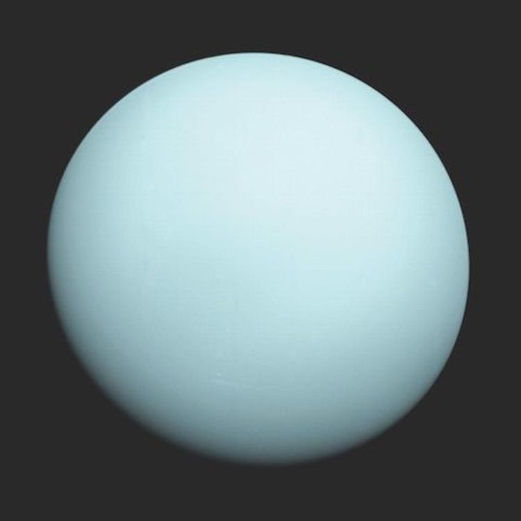 أورانوس الذي -مع أنه أقرب إلى الشمس- يمتلك نفس درجة حرارة كوكب نيبتون