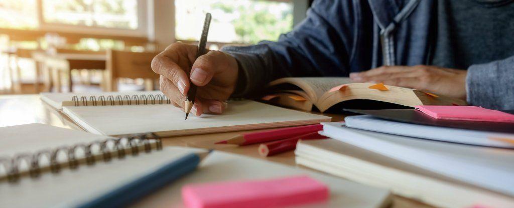 أيهما أكثر فعالية بالتعلم، الكتب المطبوعة أم الأجهزة اللوحية؟