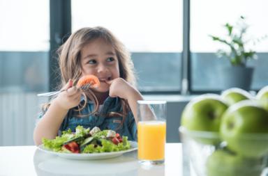 معلومات ونصائح حول احتياجات طفلك الغذائية بعمر سنة إلى 3 سنوات - الأطعمة التي يفضل تناولها من قبل الأطفال من عمر السنتين إلى الثلاث سنوات