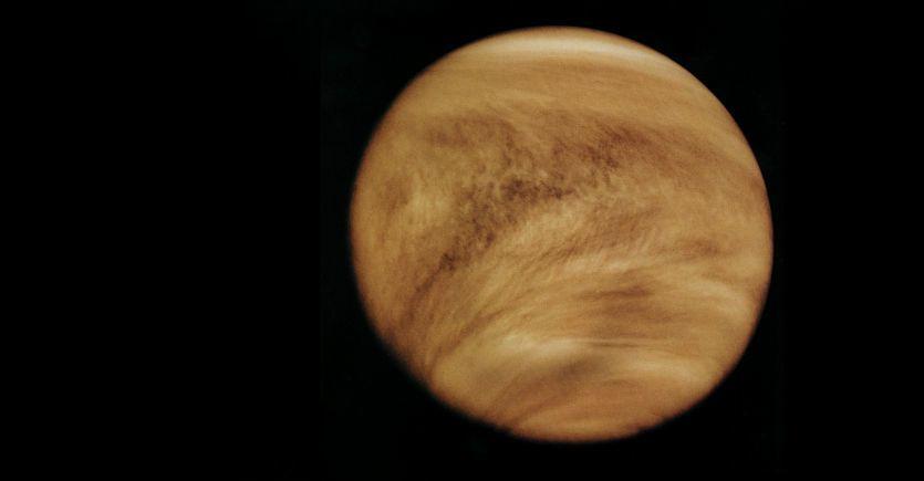 لماذا يدور كوكب الزهرة حول محوره عكس دوران بقية الكواكب؟