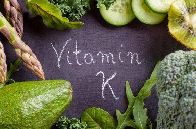 فيتامين K: فوائده ومصادره ومخاطر عوزه مصادر الحصول على فيتامين كاف تخثر الدم أيض العظم الأدوية المكملات الغذائية السبانخ هشاشة العظام