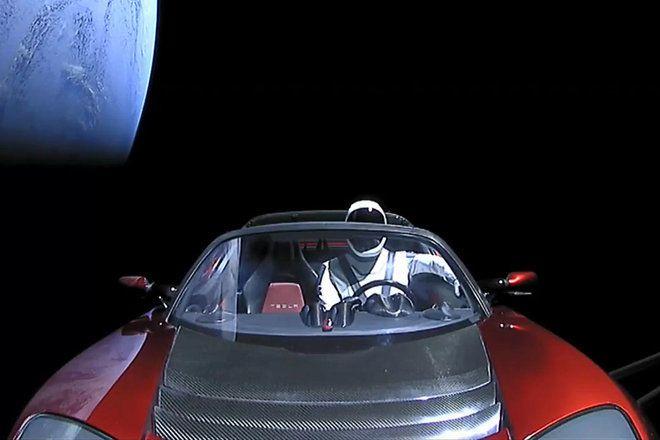 لماذا بدت سيارة تيسلا وكأنها مزيفة في الفضاء؟