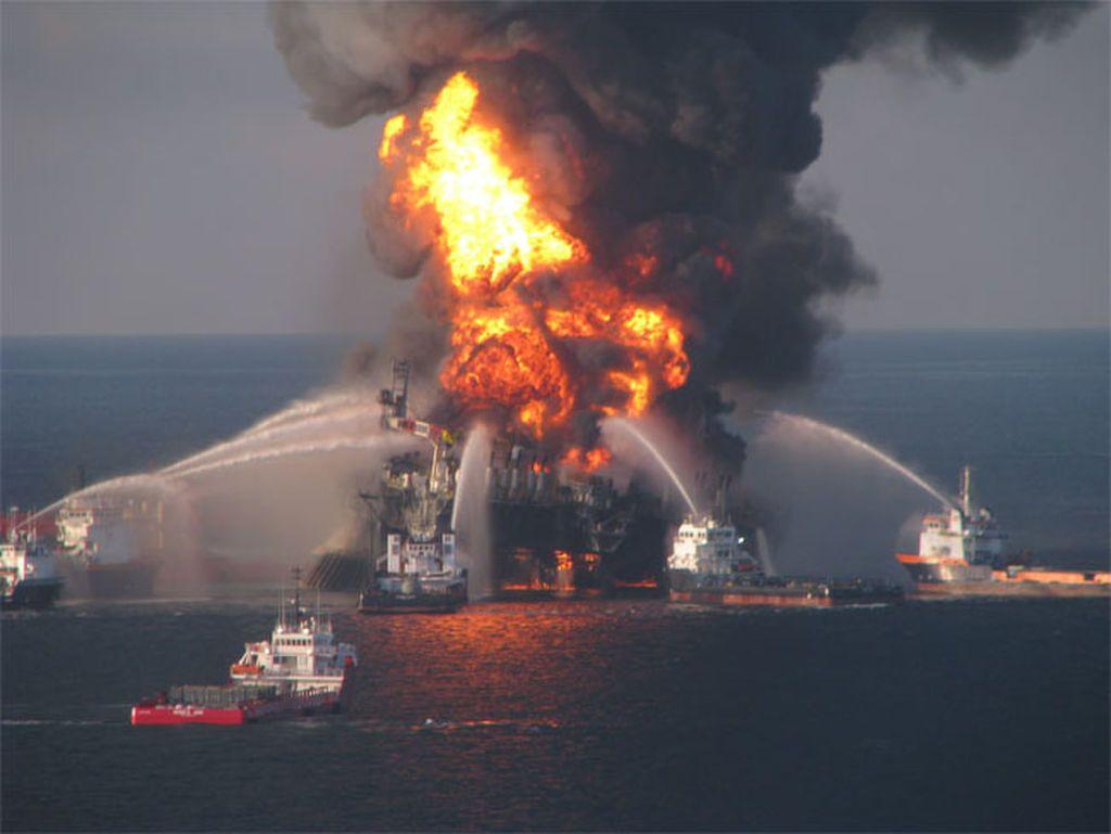 صورة توضح عمل مراكب الإنقاذ لإطفاء النيران المشتعلة بسبب تسرب النفط في منصة بحرية في خليج المكسيك سنة ٢٠١٠