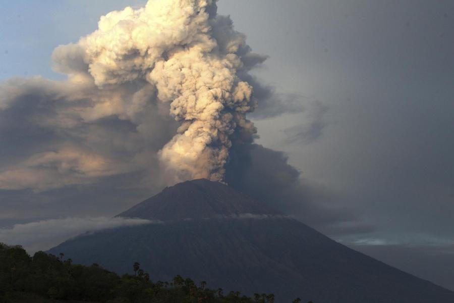 بركان بالي الضخم يطلق الرماد، فهل يثور قريبًا