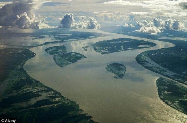 نهر الأمازون قرب مصبّه في المحيط الأطلسي (لون واحد موحّد)