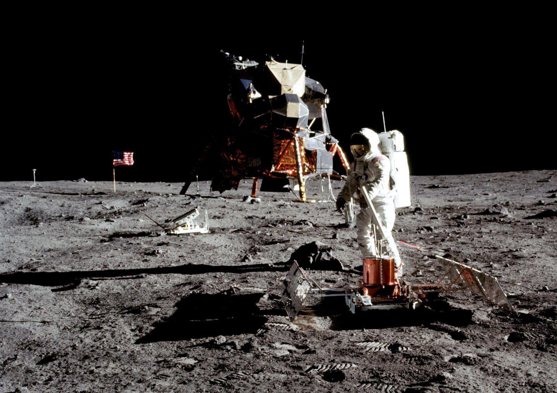 كذبة القمر: لماذا لا نستخدم التلسكوبات لرصد من يهبط على القمر؟