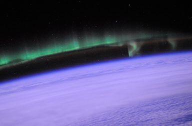 ما هي طبقة الثرموسفير طبقة الثرموسفير طبقات الغلاف الجوي درجة الحرارة الأشعة فوق البنفسجية الجسيمات المشحونة الشفق القطبي