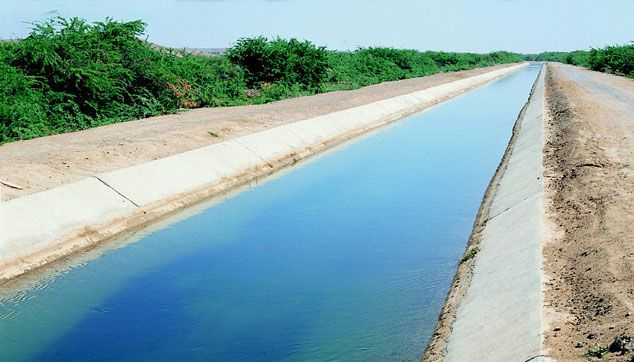 لماذا تُبنى قنوات المياه بشكل شبه منحرف؟