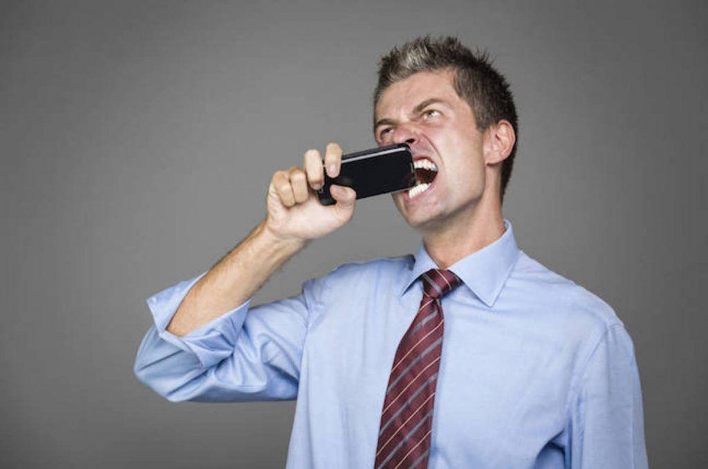 لهذا السبب يجب أن لا تعض بطارية هاتفك المحمول أبدًا