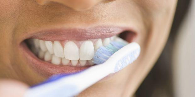 من المحتمل أنك تغسل أسنانك بالشكل الخاطئ ولهذا ستعاني من تسوس الأسنان