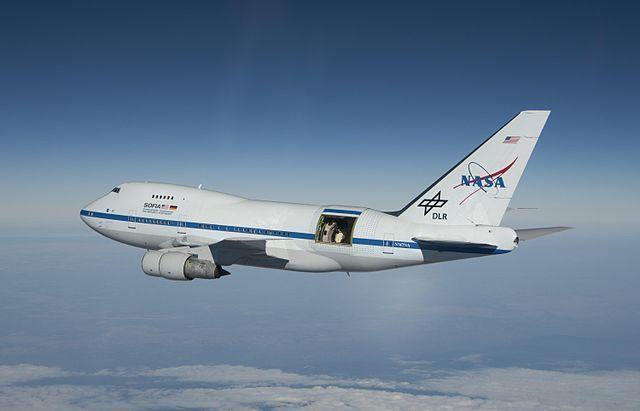 هل يمكنك فتح باب الطائرة في منتصف الرحلة؟