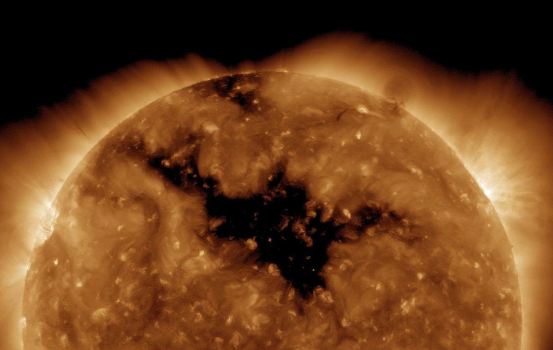 ثقب مظلم هائل ينفتح في الغلاف الجوي الخاص للشمس