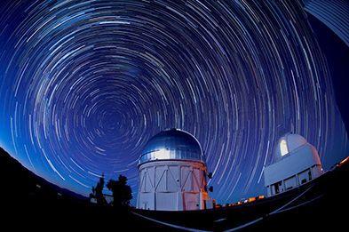 ما هي الفيزياء الكونية ما هي الفيزياء الفلكية دراسة النجوم الكواكب المجرات الكون مرصد فضائي حركة الأجرام السماوية علم الفلك علم الكونيات