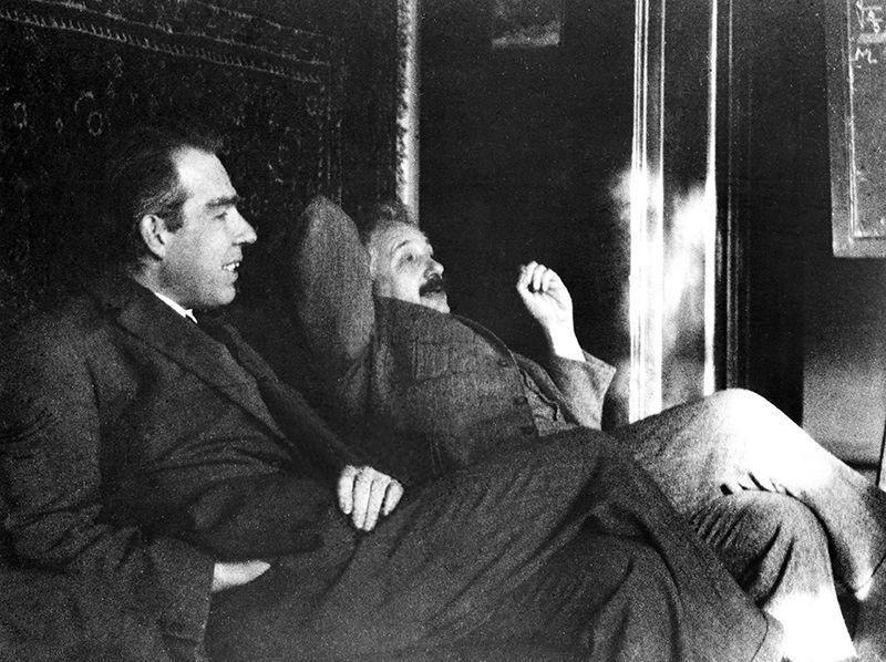 آينشتاين و نظرية الكم ميكانيك الكم نيلز بور ماكس برون الإصدار المحثوث الفوتون الفيزياء الكمومية مفهوم كمات الضوء نسبية آينشتاين العامة