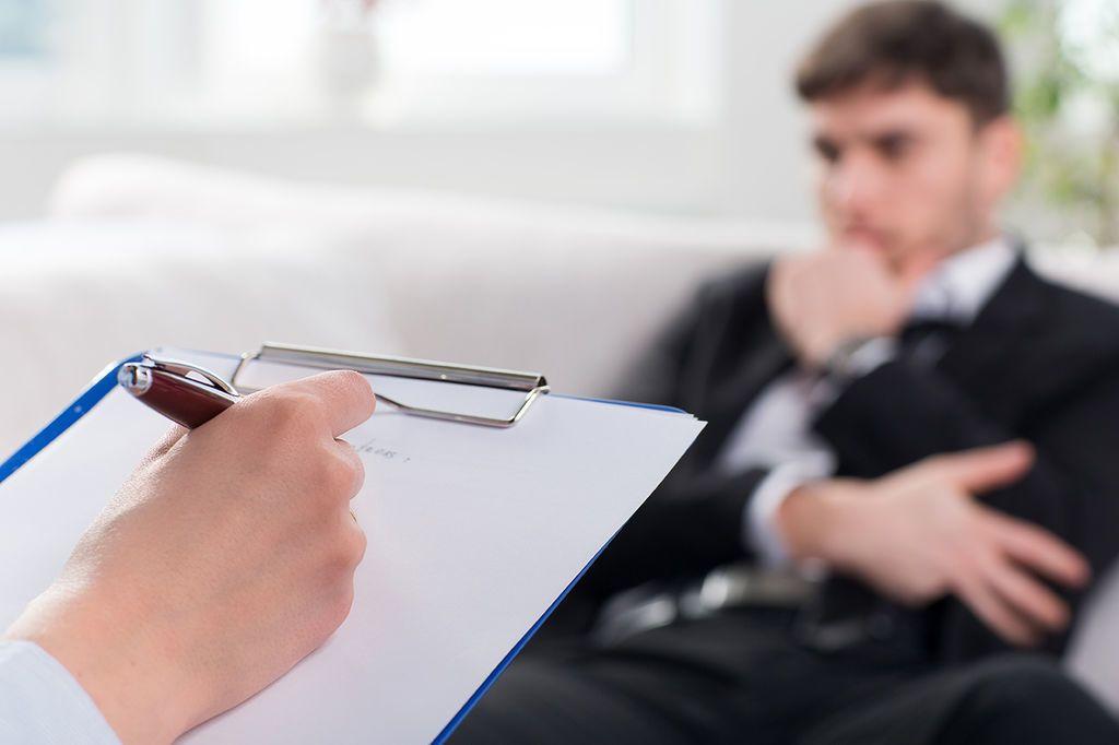 ما الفرق بين التحليل النفسي والعلاج النفسي؟