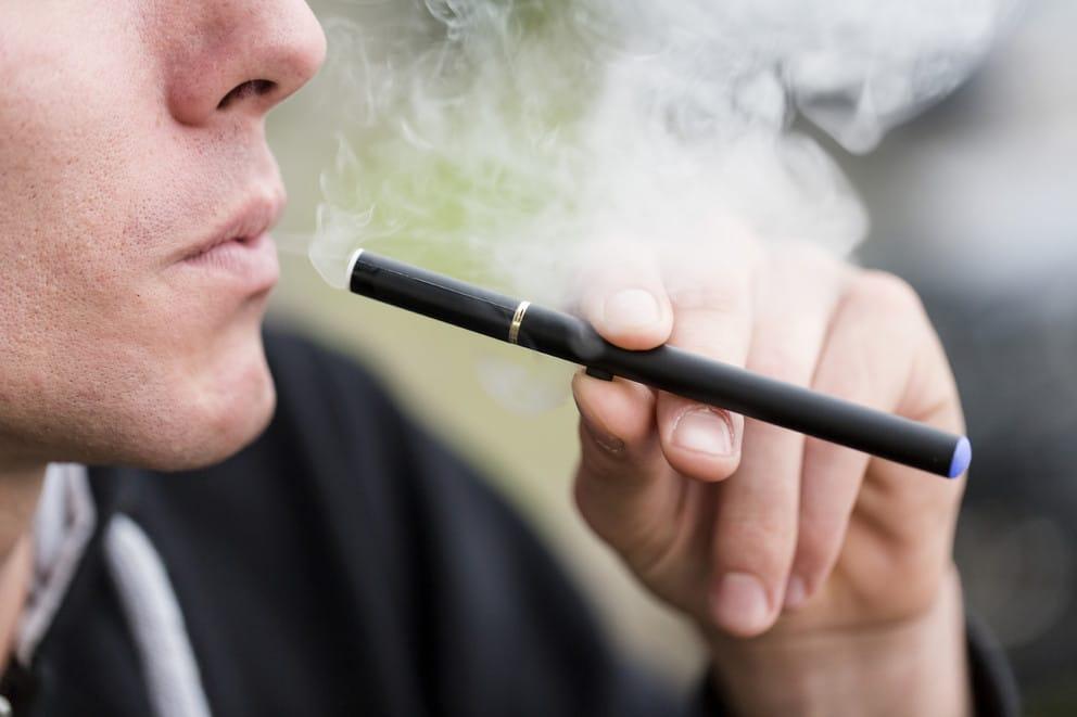كيف تسبب نكهات السجائر الإلكترونية التسمم