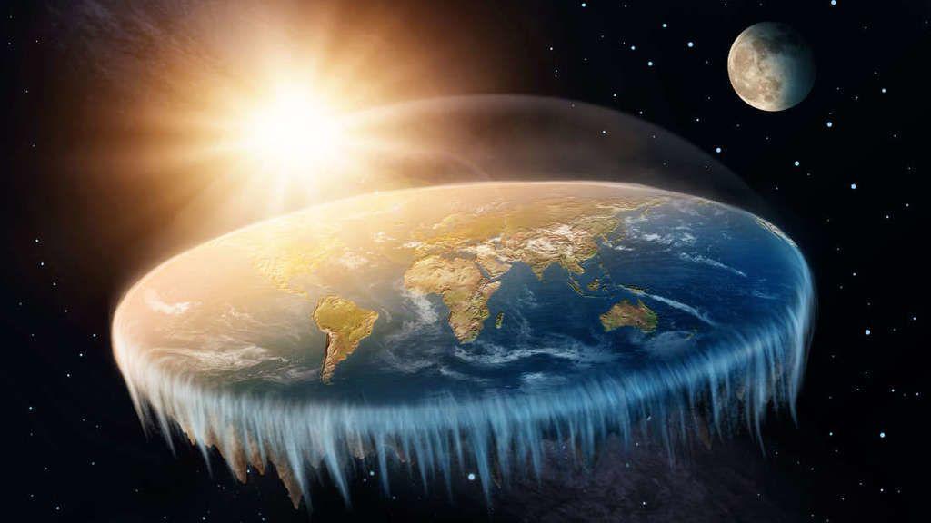 أحد المؤمنين بنظرية الأرض المسطحة يفسر أخيرًا لماذا لم يقع أحد من الحافّة!
