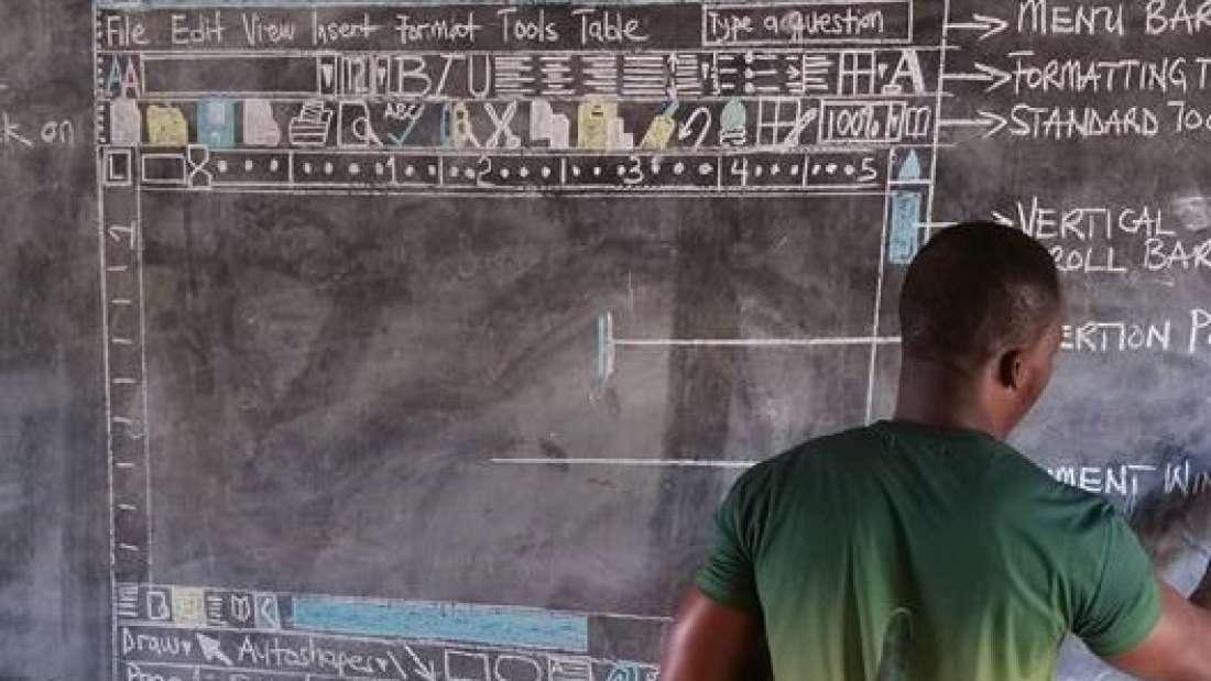 مدرس علوم حواسيب في غانا يكتسح الانترنت بفضل طرقه الإبداعية في التعليم
