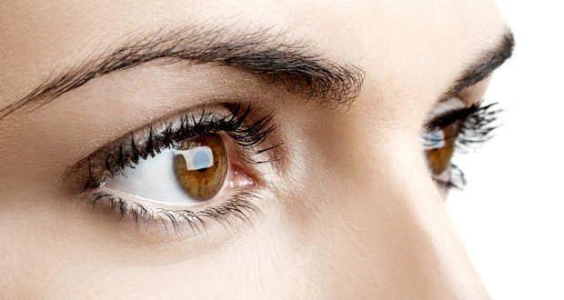 ما الذي يسبب هذه الحلقة البيضاء الغريبة في عين هذه المرأة؟