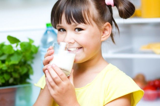 هل شرب الحليب يجعل جسمك ينتج المزيد من المخاط؟