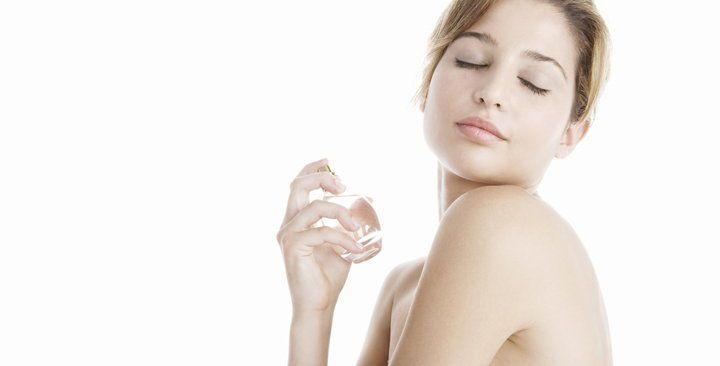 لماذا تختلف رائحة العطر عند استخدامه من أشخاص مختلفين؟