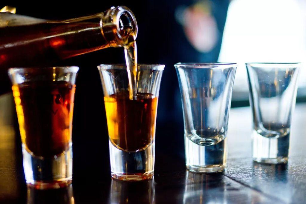 لماذا يزداد إدرارك للبول عندما تشرب الكحول؟