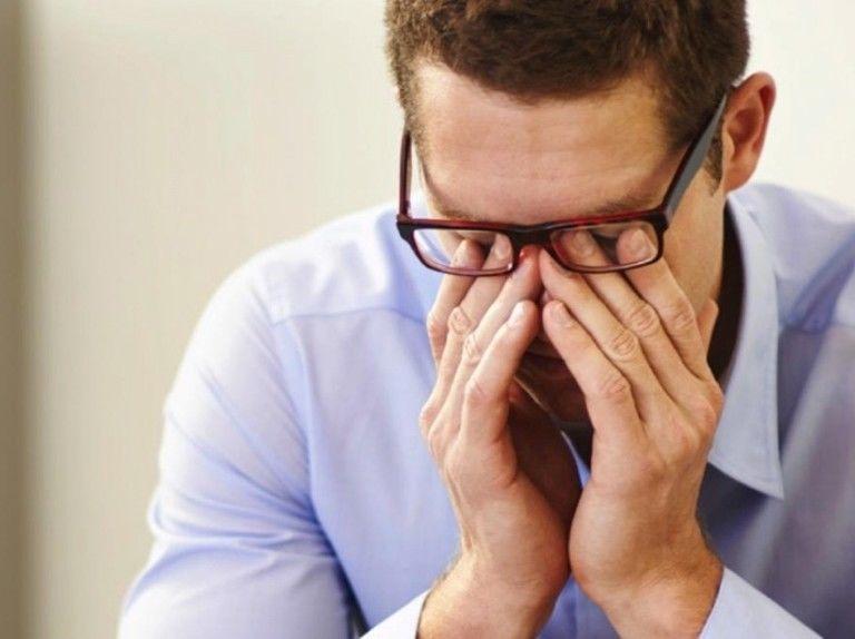 هل يعد فرك العينين آمنًا أضرار فرك العيون أضرار الضغط على العين أثناء الفرك هل من الصحي تدليك العيون أعراض الحساسية التهاب العين