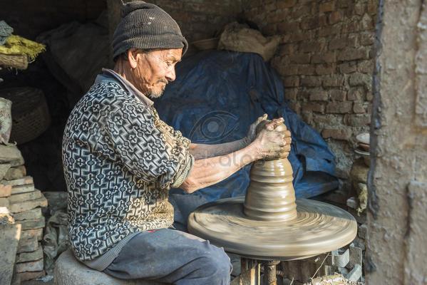 هل يستمر كبار السن العازبون في عملهم إذا لم يجدوا حافزًا غير المال؟