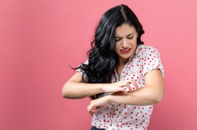هناك علاقة بين حكة الجلد والصحة النفسية ويجب الحديث عنها؟ - ما هو سبب الحكة في الجلد وهل هناك مضاعفات لها - علاج حكة الجلد