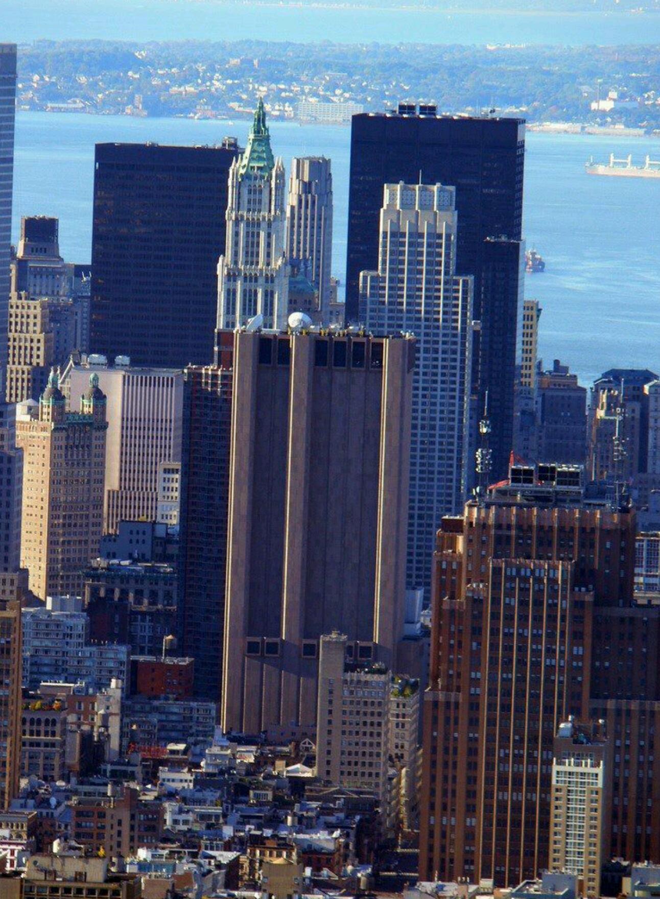ما هو سر ناطحة السحاب التي تقف وسط مدينة نيويورك دون اي نوافذ او فتحات ؟