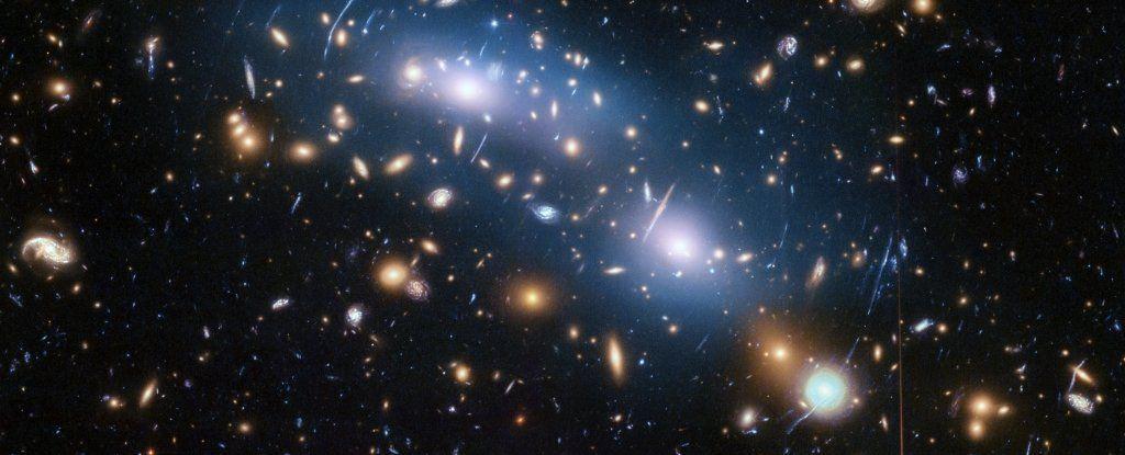 علماء الفلك يقولون إنّهم يستطيعون «رؤية» المادّة المُظلمة في ضوء النجوم بين العناقيد المَجَرّية