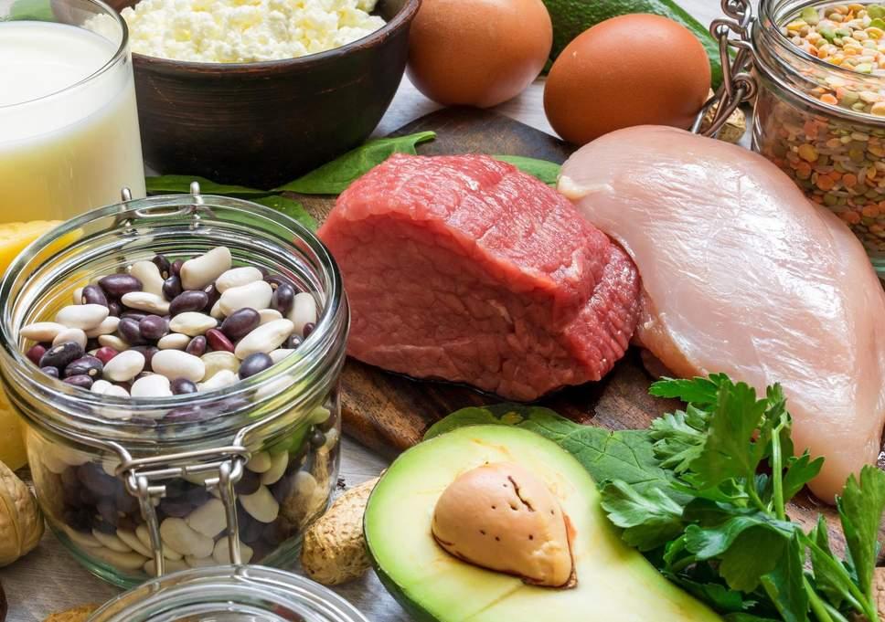 فوائد فيتامين B12 مصادر فيتامين B12 مخاطر نقص الفيتامينات في الجسم المكملات الغذائية الحاوية على الفيتايمنات إنتاج خلايا الدم الحمراء
