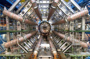 فيما يستخدم مصادم الهدرونات الكبير مم يتكون مصادم الهدرونات الكبير تصادم الجسيمات في سيرن مختبر سيرن ألغاز الكون الانفجار العظيم