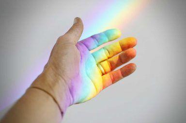 ما هو الضوء الأطوال الموجية الطيف المرئي الأشعة الكرومغناطيسية الفوتونات الضوئية الألوان الضوء المرئي الأمواج الجسيمات الكهربائية والمغناطيسية