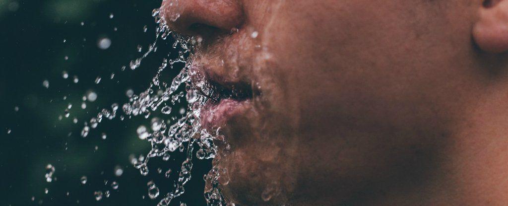 إليك ما يحدث لجسمك ودماغك إذا صمت عن الماء