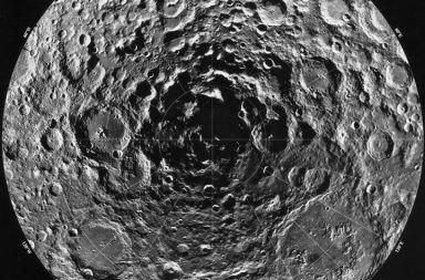 شذوذ غريب يوجد عند القطب الجنوبي للقمر ربما يكون ناتجًا عن ارتطام كويكب معدني ضخم حقل الجاذبية حوض أيتكن ارتطام أحد الكويكبات بالقمر
