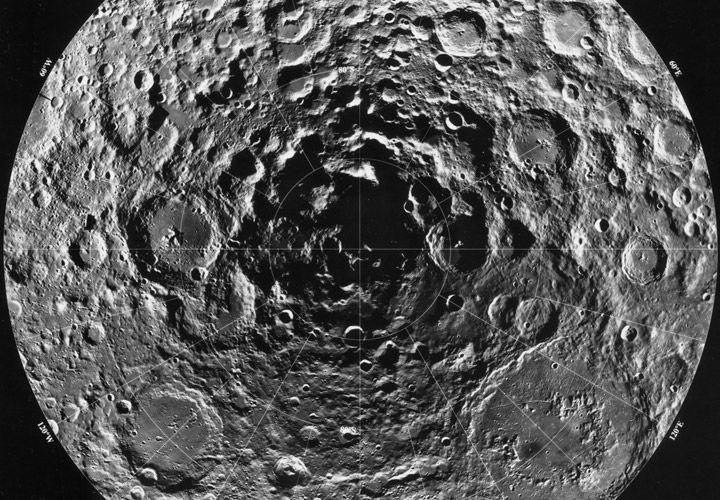 شذوذ غريب يوجد عند القطب الجنوبي للقمر ناتج عن ارتطام كويكب معدني ضخم