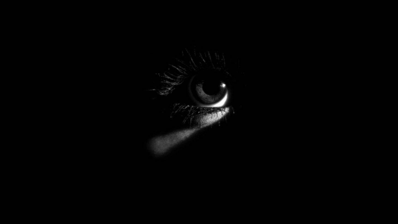 سبب تطوري يفسر خوفنا من الظلام