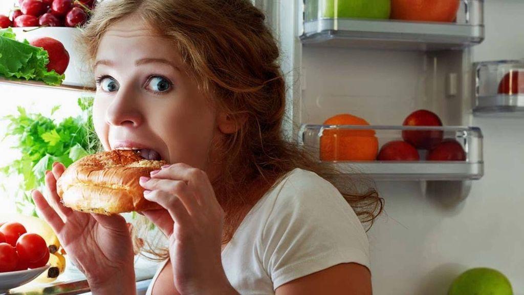 هل يسبب تناول الطعام ليلًا زيادةً في الوزن؟