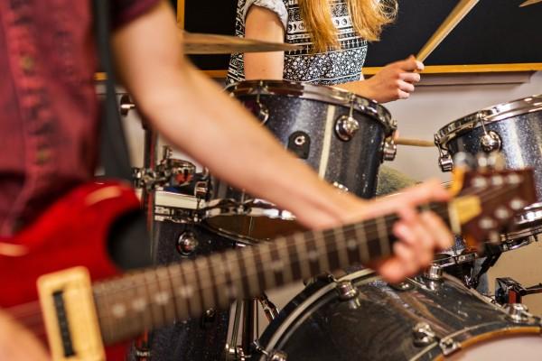 العلاج ب الموسيقى و تاثيره على الاطفال و اليافعين