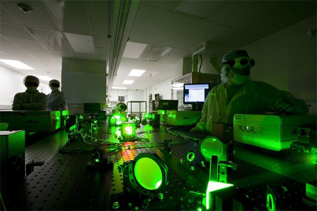 انجاز فيزيائي: ضوء أكثر سطوعًا من الشمس بمليار مرة في المختبر