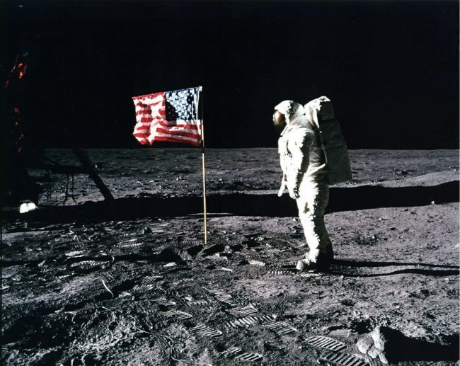 صورة لرائد الفضاء باز ألدرين يقدم التحية لعلم وطنه الولايات المتحدة على سطح القمر بعد أول محاولة هبوط ناجحة للبشر على القمر في مهمة أبولو 11، وبعض نظريات المؤامرة تفترض أن ناسا زيفت هذه المهمة. حقوق الصورة: ناسا.