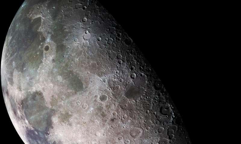 من وجهة نظر أخرى، ربما يكون الماء على القمر متجمد وواسع الانتشار