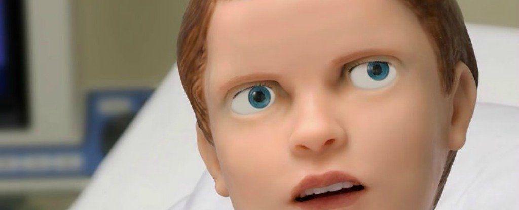 طفلٌ آليٌّ مخيفٌ ينزف ويصرخ ويبكي لأمه