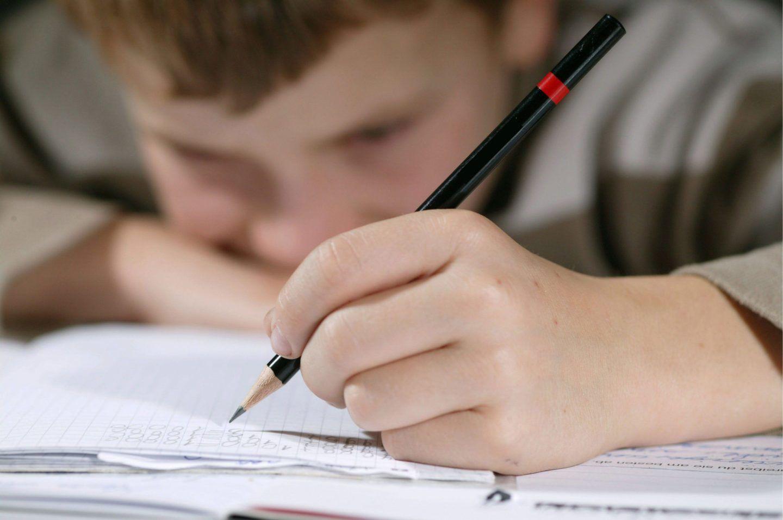 خبراء يحذرون: لم يعُد الأطفال قادرين على الإمساك بالأقلام للكتابة