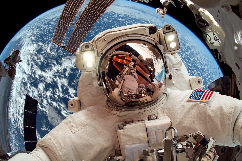 هل يمكنك العطس في الفضاء؟